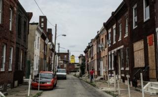 福祉活動家たちは廃屋となった長屋が麻薬常用者の新たな居場所になるのではと懸念している