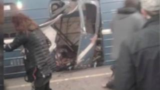 Sur des images postées sur les réseaux sociaux, on voit une rame de métro à la station Sennaya complètement soufflée et des blessés couchés au sol.
