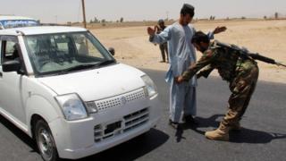 Afgan askerler, son intihar saldırısından sonra kurdukları kontrol noktasında araçları aradı.