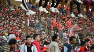 Egyptian fans gather on 31 October 2017 to watch di final training of Cairo club Al Ahly football team before dem go Morocco for di final of di African Champions League.