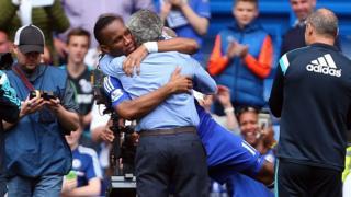 Didier Drogba dey hug im manager Jose Mourinho afta Premier League match