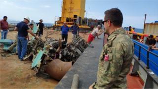 MİQ-29 təyyarəsinin qalıqları Xəzər dənizindən çıxarılır