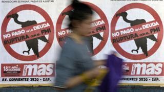 Carteles en una calle de una ciudad argentina contrarios a las negociaciones con el FMI.