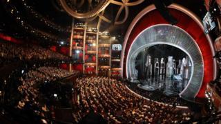 """Щойно зірки зібралися у театрі """"Долбі"""" у Лос-Анджелесі, 89-а церемонія нагородження премії Американської кіноакадемії почалася."""