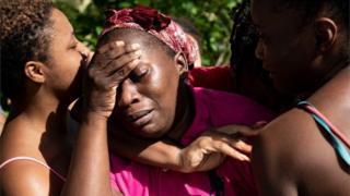 Mujeres se lamentan en Bahamas tras el paso de Dorian