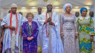 Ooni Ife, aṣoju ijọba ilẹ Gẹẹsi pẹlu Olori rẹ, Yeyelua Naomi Ogunwusi