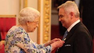 The Queen giving Eamonn Holmes his medal