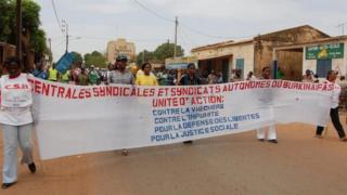 Des membres de la société civile en pleine marche .