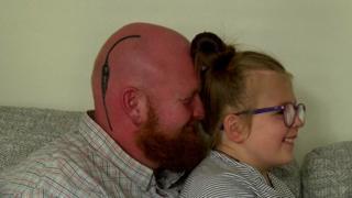 Gareth Hickenbottom-Marriott, con el tatuaje, y su hija Briar.