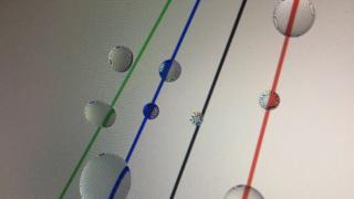 imagem mostra a refração da luz por gotículas de água, em um pedaço de tecido