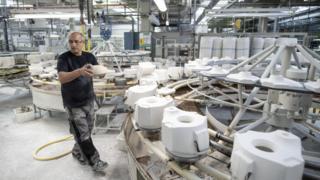 Homem em fábrica na Alemanha