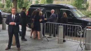 Bi Clinton akisaidiwa kuingia katika gari