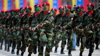 Армия Венесуэлада керектелүүчү товарлардын бөлүштүрүү системасын көзөмөлдөйт, бирок анын ролу муну менен эле чектелбейт.