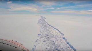Азыр Антарктидада кыш ортосу. Килейген муздун бөлүнүп чыгышына алып келген бул жараңка жайында тартып алынган.