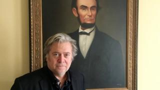 Steve Bannon em frente a quadro do ex-presidente Abraham Lincoln