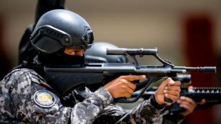 Un miembro de las fuerzas de seguridad