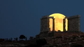 O eclipse da lua visto na Acrópole, em Atenas, na Grécia