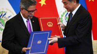 中國外長王毅與薩爾瓦多外長卡洛斯·卡斯塔內達在北京舉行的建立聯合公報儀式上交換文件。