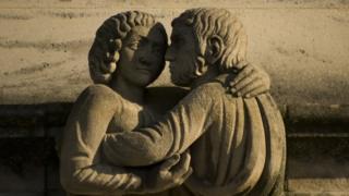 Средневековая скульптура, обнимающаяся пара