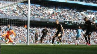 Les joueurs de Manchester City dans la défense adverse