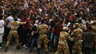 Waandamanaji wakikabiliana na maafisa wa polisi nchini Ethiopia