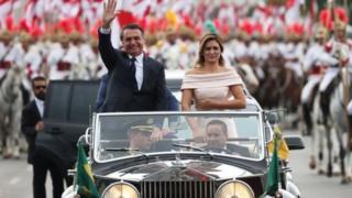 ژایر بولسونارو و همسرش میشل، سوار بر رولزرویسی عتیقه به کنگره رفتند