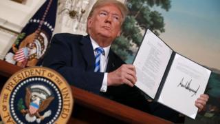 Donald Trump firmando el acuerdo para revocar sanciones