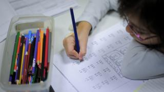 Niña haciendo cuentas matemáticas en la escuela