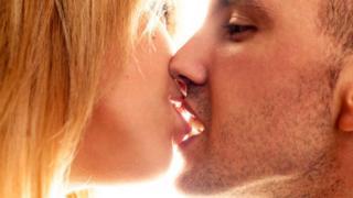 Вирусом ВИЧ невозможно заразиться во время поцелуя