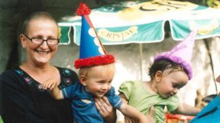 Paula Sáenz con sus hijos mellizos de un año de edad