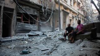Жители в разрушенном Алеппо
