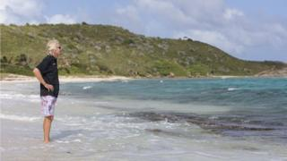 Ричард Брэнсон на прогулке по пляжу на острове Некер, Британские Виргинские острова