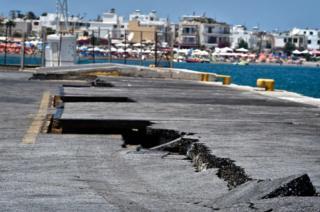 Las grietas son visibles en el puerto principal en la isla griega de Kos. Un terremoto de 6,7 golpeó a 12 km de la isla, cerca de la costa turca. Al menos dos personas murieron y 115 resultaron heridas.