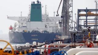 بارگیری یک تانکر نفت در جزیره خارک ایران نوروز ۱۳۹۶