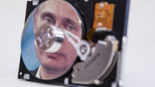 Putin reflejado en un disco duro