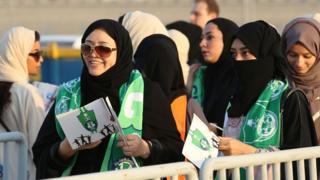Suudi kadınlar stadyum önünde