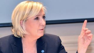 Marine Le Pen ayaa rabta in Midawga Yurub uu xayiraadda ka qaado Ruushka