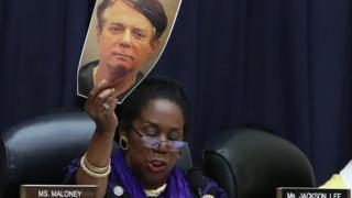 судья держит фото Манафорта