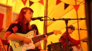 Y band Adwaith o Gaerfyrddin yn canu set acwstig yn Caffi Maes B // Carmarthen band, Adwaith, perform an acoustic set in Maes B