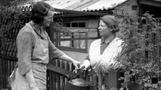 bahçede konuşan iki kadın