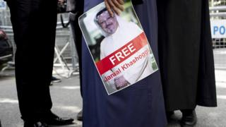Manifestante segura cartaz com imagem de Khashoggi