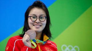 Fu Yuanhi sostiene su medalla de bronce
