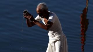 Во время затмения многие индуисты в Индии молились