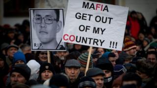 Slovaklar, Jan Kuciak cinayetini 'Mafya ülkemden defol' yazılı pankartlarla protesto etti.