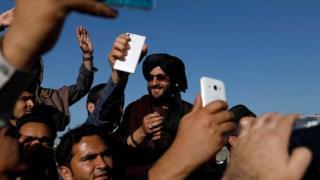 کابل کې عامو خلکو له طالبانو سره سیلفي واخیستل