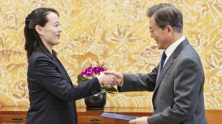 Kim Yo-jong (izq.) entrega una carta personal de Kim Jong-un al presidente de Corea del Sur, Moon Jae-in