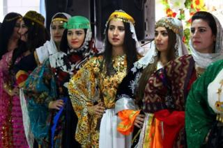 عملت النساء الكرديات على مشروع القرية منذ مارس/آذار 2017 وتم افتتاحها في اليوم العالمي لمناهضة العنف ضد المرأة