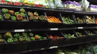 Puesto de vegetales en un supermercado