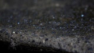 По оценкам местных геологов, в городских стенах и зданиях - примерно 72 000 тонн алмазов