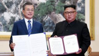 (캡션) 문 대통령과 김 위원장이 지난해 9월 평양 백화원 영빈관에서 정상회담을 마친 뒤 공동선언문에 서명한 모습